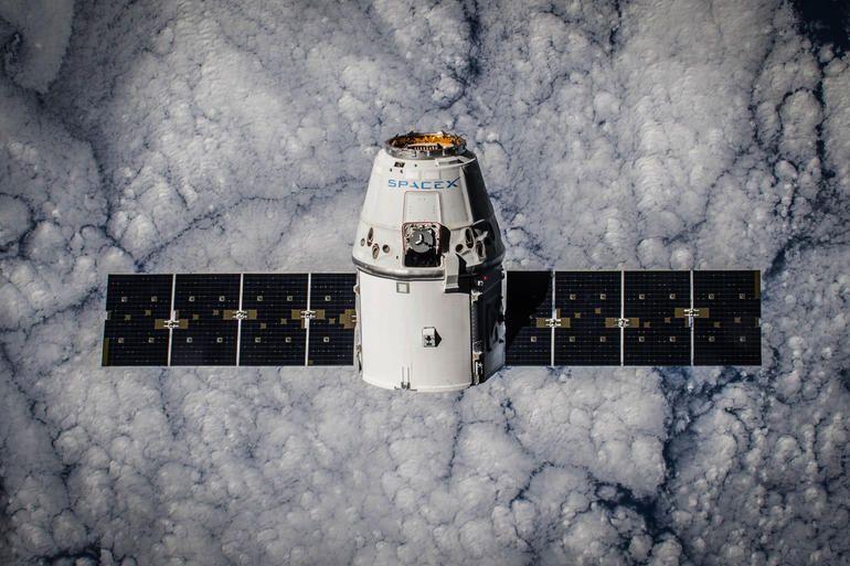http://cnet2.cbsistatic.com/hub/i/r/2015/01/17/83695643-0687-4a9d-8719-dfc6156fd21d/resize/770x578/7721e67912c5fea448e48761972e8576/crs-5-dragon-in-orbit.jpg